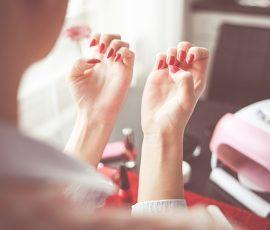 Czy manicure hybrydowy, przedłużanie żelem lub akrylem sąszkodliwe dla naszych paznokci